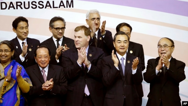 Foreign ministers gather for group photo at 20th ASEAN Regional Forum in Bandar Seri Begawan, Brunei, July 2, 2013.