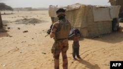 Un soldat français en patrouille dans les rues de Gossi, dans le centre du Mali, le 25 mars 2019.
