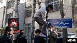 معترضان به اعدام شیخ نمر بلافاصله تابلوی جدید را در محل نصب کردند.
