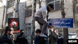 اقدام حمله کنندگان به سفارت عربستان برای تغییر نام خیابان محل سفارت - زمستان ۱۳۹۴