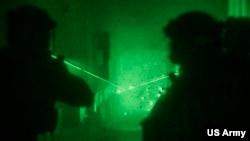 Pasukan Baret Hijau AS saat mengikuti latihan militer bersama Pasukan Khusus Lithuania, di Eropa Timur, 13 November 2017.