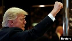 Tổng thống tân cử Donald Trump sau khi nói chuyện với phóng viên tại Tháp Trump ở New York, 13/1/2017.