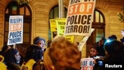 Warga AS melakukan unjuk rasa di luar gedung pengadilan kasus persidangan Freddie Gray di Baltimore (foto: dok).
