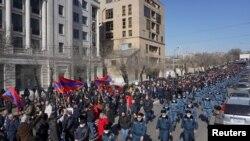 26 Şubat 2021 - Başbakan Nikol Paşinyan'ın istifasını isteyen bir grup muhalif, Ermenistan'ın başkenti Erivan'da gösterş yürüyüşü düzenledi.
