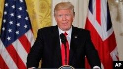 Donald Trump réagit à une question des journalistes le 27 janvier 2017.