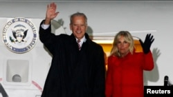 Wapres AS Joe Biden dan isterinya, Jill Biden tiba di bandara internasional Kyiv, Ukraina hari Kamis (20/11).
