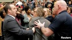 Seorang juru foto AS, Christopher Morris, diperintahkan keluar oleh petugas keamanan saat acara kampanye kandidat Capres partai Republik, Donald Trump di Radford, Virginia (foto: dok). Dinas Rahasia AS akan memberlakukan pengamanan ketat pada konvensi Partai Republik bulan Juli mendatang.