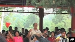 北京市中心的景山公園市民唱紅歌慶祝共產黨建黨90週年