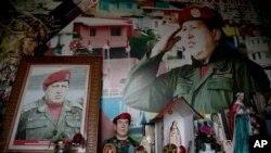 Retratos del fallecido presidente de Venezuela, Hugo Chávez, rodeados de imágenes religiosas dentro de una pequeña capilla, en el barrio 23 de Enero de Caracas, Venezuela.