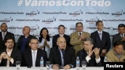 Ông Jesus Torrealba (giữa), thư ký của liên minh các đảng đối lập Venezuela (MUD), phát biểu trước các phương tiện truyền thông trong một cuộc họp báo ở Caracas, ngày 08 Tháng 3 năm 2016.