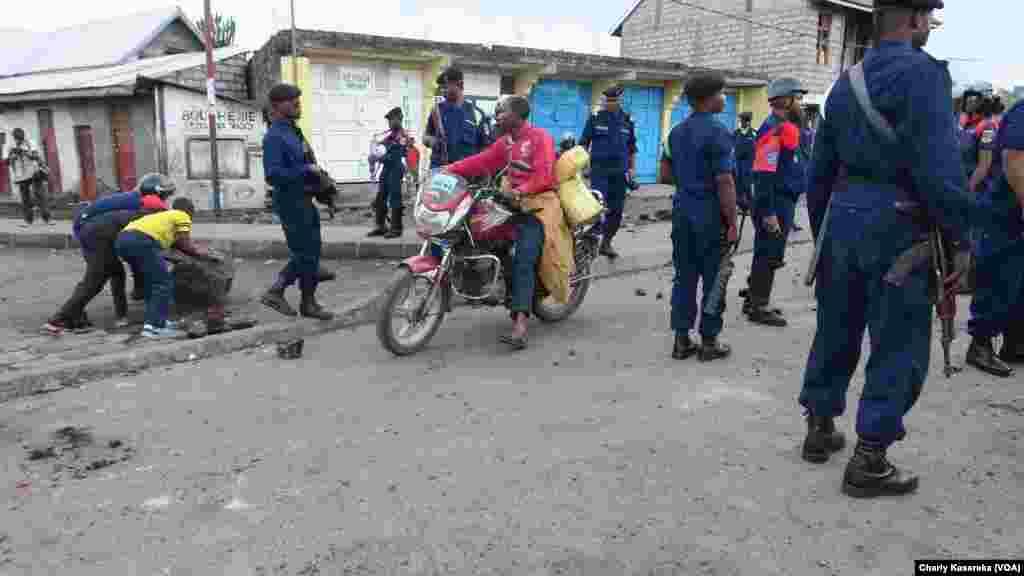 Des manifestants dans les rues de Goma, en RDC, le 30 octobre 2017. (VOA/Charly Kasereka)