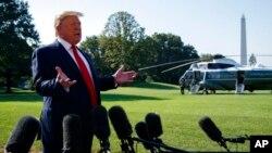 도널드 트럼프 미국 대통령이 30일 백악관 앞마당 전용 헬기 '마린원'에 탑승하기에 앞서 기자들의 질문에 답하고 있다.