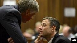Oscar Pistorius nói chuyện với luật sư bào chữa Brian Webber tại tòa án, ngày 21/10/2014.