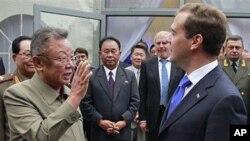 Ο ηγέτης της Βόρειας Κορέας Κιμ Τζονγκ Ιλ με τον Ντιμίτρι Μεντβέντεφ
