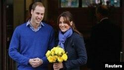 Hoàng tử William và Công nương xứ Cambrige, rời Bệnh viện King Edward VII ở London.