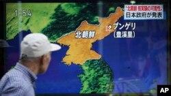 2017年9月3日,东京,一名男子走过正在播送朝鲜核试验新闻的电视显示屏。