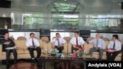 Kepala PPATK Muhammad Yusuf (tengah) memberikan keterangan pers soal pemblokiran dana teroris selama 2015 di kantor PPATK, Jakarta, Senin 28 Desember 2015. (Foto: VOA/Andylala)