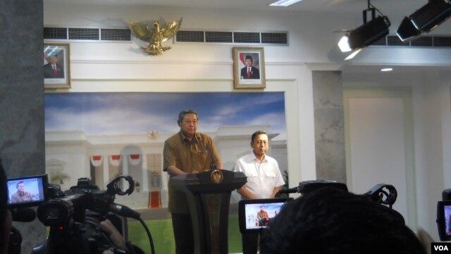 Presiden SBY dan Wapres Boediono menyikapi situasi ekonomi nasional terkait pelemahan rupiah dan indeks harga saham gabungan di Kantor Presiden Jakarta, Rabu (21/08).  (VOA/Andylala)
