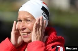 Nagwa Ghorab, 76 tahun, perenang asal Mesir, tersenyum setelah selesai latihan di Kairo, Mesir, 27 Januari 2019.
