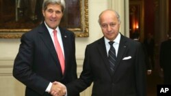 جان کری و لوران فابیوس در وزارت امور خارجه فرانسه. پاریس، سه شنبه، ۲۲ اکتبر ۲۰۱۳.