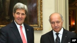 Menlu Perancis Laurent Fabius dan Menlu AS John Kerry di Paris (22/10).