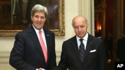 法国外长法比优斯与美国国务卿克里在法国外交部会晤握手 2013年10月22日