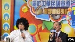 台灣外長林永樂(右)主持釣魚島主權問題短片發表會(美國之音張永泰拍攝)