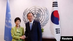한국의 박근혜 대통령(왼쪽)이 6일 미국 뉴욕의 유엔 본부를 방문하고, 반기문 사무총장과 회담했다.