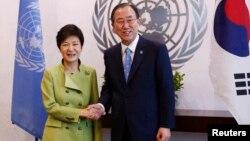 Sekretaris Jenderal PBB Ban Ki Moon (kanan) melakukan pembicaraan dengan Presiden Korea Selatan Park Geun-hye mengenai Korea Utara di markas PBB di New York, Senin (6/5).