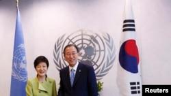 ທ່ານນາງ Park ຈັບມືກັບ ທ່ານ Ban Ki-moon ເລຂາທິການ ໃຫຍ່ຂອງອົງການສະຫະປະຊາຊາດ