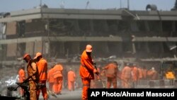 کارگران شاروالی کابل حین پاک کاری محل حملۀ مرگبار در نزدیکی سفارت آلمان
