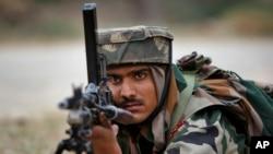 一名印度軍人在靠近巴基斯坦邊界的阿爾尼亞鎮做準備。