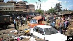 Warga dan petugas keamanan tampak di lokasi kejadian beberapa saat setelah terjadinya dua ledakan di Nairobi (16/5/2014).