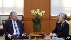 Menteri Luar Negeri Korea Selatan, Kang Kyung-wha (kanan) berbincang dengan perwakilan khusus AS untuk Korea Utara, Stephen Biegun, di Kementerian Luar Negeri di Seoul, Korea Selatan, Senin, 29 Oktober 2018.