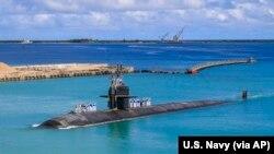 រូបឯកសារ៖ នាវាមុជទឹកមួយត្រឡប់មកមូលដ្ឋានទ័ពជើងទឹកអាមេរិកវិញនៅកោះ Guam កាលពីថ្ងៃទី១៩ ខែសីហា ឆ្នាំ២០២១។ (U.S. Navy via AP)