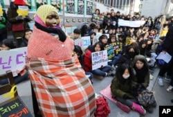 Tượng 'an ủi phụ' ở Hàn Quốc. Vấn đề an ủi phụ vẫn đang gây cản trở trong mối quan hệ giữa Hàn Quốc và Nhật Bản.