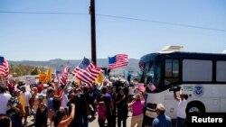7月1日加州抗议民众阻挡运送非法移民的车辆