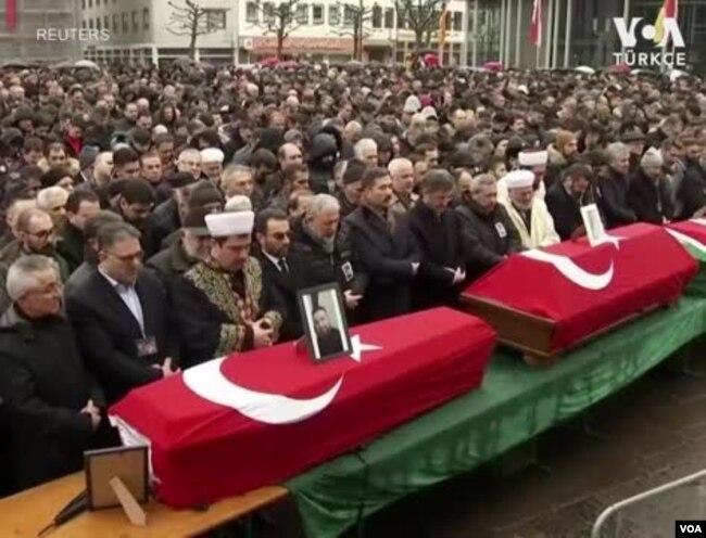 Saldırıda hayatını kaybeden Türk kökenlilerin cenaze törenleri Hanau'da yapılmıştı.