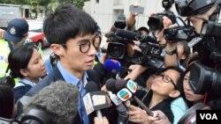 香港立法會議員梁頌恆到達法庭時被大批記者追訪。(美國之音湯惠芸)