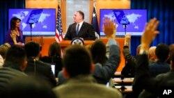Майк Помпео выступает перед журналистами