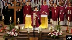 L'archevêque de Rouen Dominique Lebrun, au centre, prononce son homélie au cours de la messe de suffrage du Père Jacques Hamel égorgé en plein service religieux à Saint- Etienne-du-Rouvray, Normandie, le 2 août 2016.