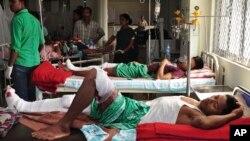 인도 아삼주 고알파라에서 열린 힌두교 축제 도중 테러가 발생한 가운데, 부상자들이 치료를 받고 있다.