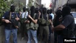 Các tay súng thuộc gia tộc Mikdad, tụ tập tại một trụ sở của gia tộc này trong khu ngoại ô ở hướng nam thủ đô Beirut của Libăng