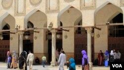 Des femmes visitent la section pour homme de la mosquée Al-Azhar, une des institutions les plus importante de la région au Caire, Egypte, le 25 avril 2016.