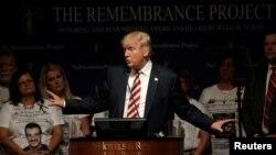 Capres AS dari Partai Republik, Donald Trump berpidato dalam kampanye di kota Houston, Texas hari Sabtu (17/9).