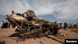 Chiếc xe bị hư hại sau vụ tấn công tại trại tỵ nạn Jalozai ở tây bắc Pakistan, 21/3/13