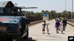 Polisi Irak melakukan patroli di Taji, utara Baghdad (foto: dok). Militan menyerang konvoi polisi di kota Taji, Kamis (24/7).