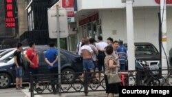 2017年7月8日,美国之音记者和新闻助理在沈阳街头采访刘晓波病重新闻期间遭一伙身分不明人员骚扰挟持,致两人手臂瘀伤,摄像器材损坏。(网友拍摄上传)