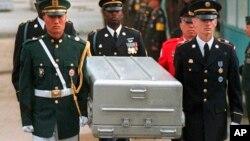 Tư liệu - Vệ binh danh dự của Liên Hiệp Quốc khiêng quan tài chứa hài cốt của các binh sĩ Mỹ sau khi được Triều Tiên trao trả tại làng biên giới Panmunjom, Hàn Quốc, ngày 14 tháng 5, 1999.