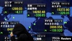 Sebuah papan elektronik di Tokyo memperlihatkan angka-angka saham dari berbagai negara, Selasa (4/2). Indeks Nikkei turun hampir 4,2 persen - angka terendah dalam hampir tiga bulan.